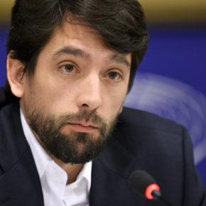 Adrián Vázquez lleva a la Comisión Europea la reivindicación de retirar los restos ferroviarios que llevan 50 años en el río Deza